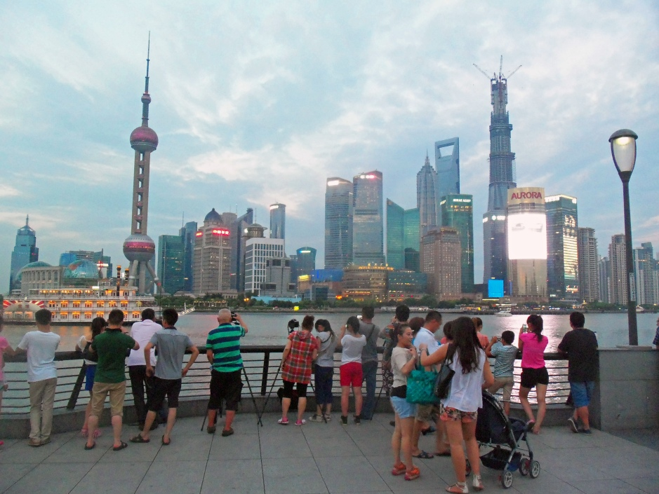 Tourists_photographing_Lujiazui_from_the_Bund,_2013